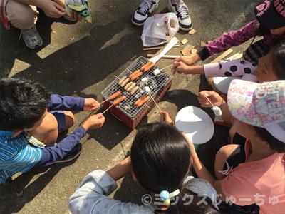 七輪でマシュマロを焼く子ども