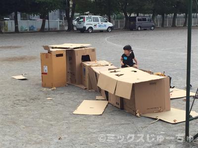 ダンボールで基地を作る子ども